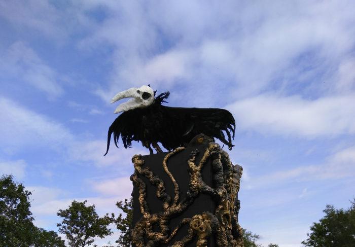 Skelettierter Rabe vom Midgardsblot vor dem Kaupangr